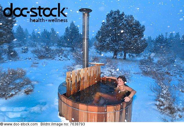 entspannung frau schnee schneien vereinigte staaten von amerika wellness whirlpool winter. Black Bedroom Furniture Sets. Home Design Ideas