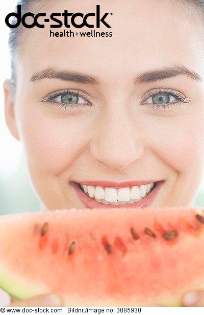 junge Frau hält a Slice of Watermelon, lächelnd