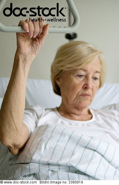Seniorin im Krankenhausbett