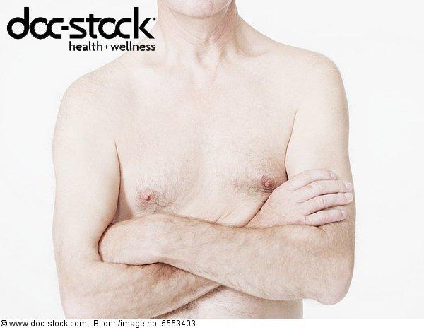 Mann mit nackter Brust und gekreuzten Armen