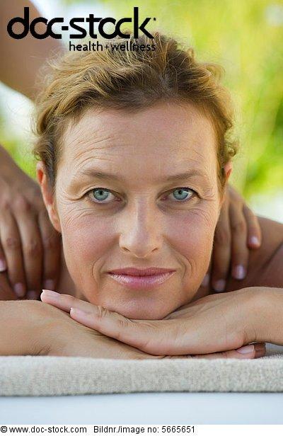 Reife Frau bei der Massage, Portrait - Lizenzfreies Bild