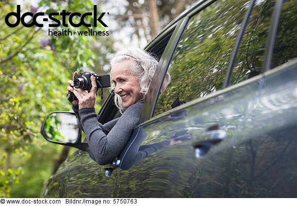 Senior Woman fotografiert Man Auto