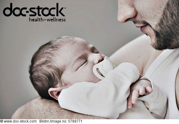 Vater mit zwei Wochen altem Baby
