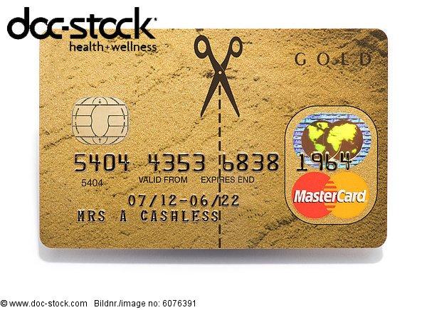 Schere zerschneiden eine MasterCard-Kreditkarte