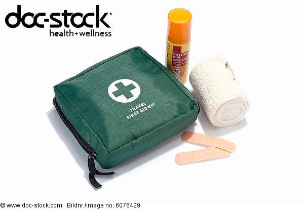 Eine Reise-Verbandskasten mit Binde, Putze und Insektenstich spray