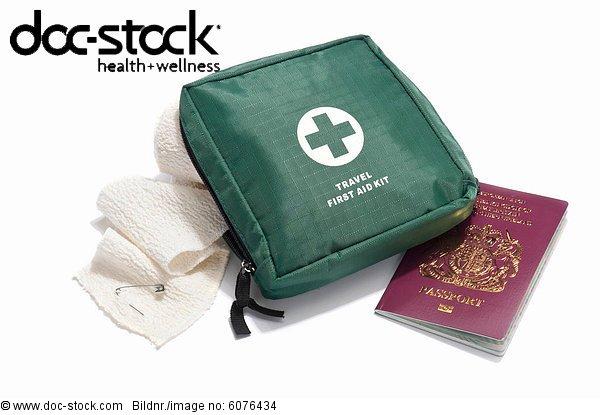 Eine Reise-Verbandskasten mit Binde und UK passport