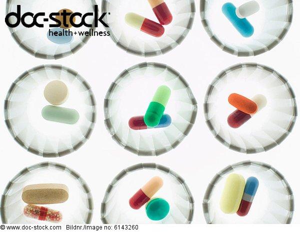 Pillen in Spenderbechern