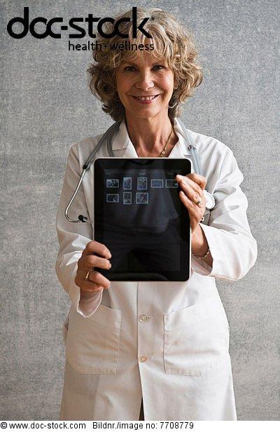 Ärztin mit digitalem Tablettenbildschirm