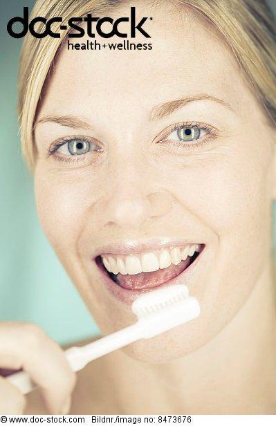 Frau ,halten ,Zahnbürste ,Zahnpasta
