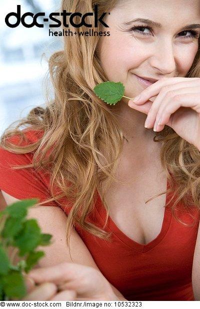 junge Frau,junge Frauen,Pflanzenblatt,Pflanzenblätter,Blatt,Minze