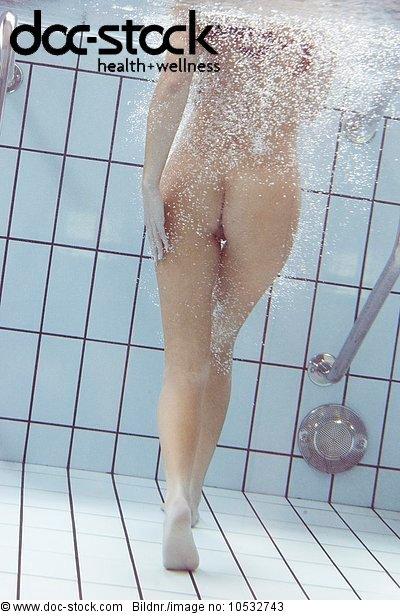Frau im pool nackt