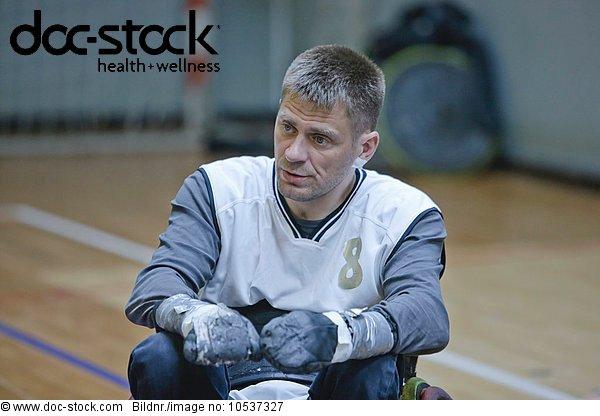 Mann im Rollstuhl beim Hallensport
