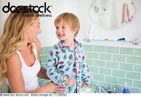 30 bis 40 Jahre,30-40 Jahre,Badezimmer,Erwachsener,Erwachsener Mittleren Alters,f0159401