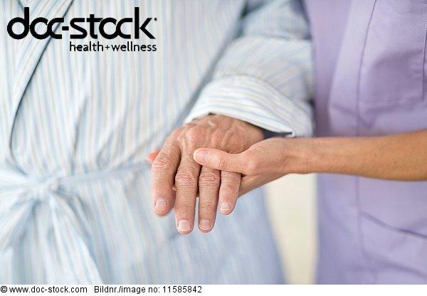 70 bis 80 Jahre,70-80 Jahre,alt,ambulante Pflege,Anschnitt,berühren