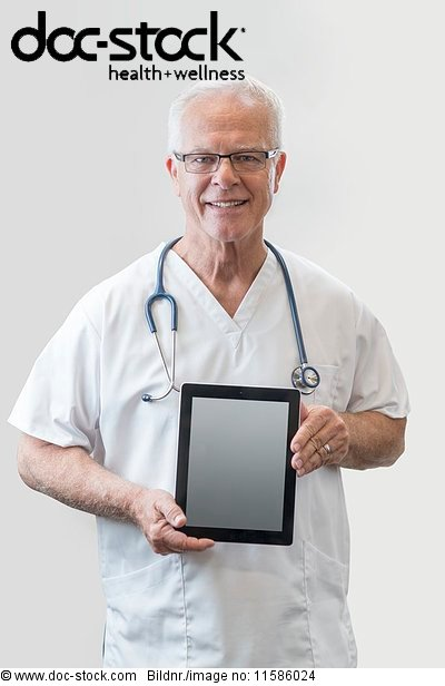 60 bis 70 Jahre,60-70 Jahre,Ansicht,Arzt,Blick in die Kamera,Computer
