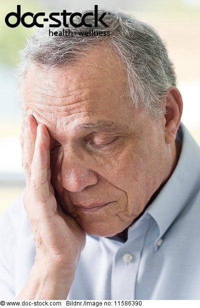 70 bis 80 Jahre,70-80 Jahre,alt,berühren,Depression,eine Person