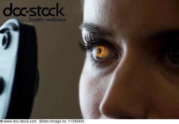 30 bis 40 Jahre,30-40 Jahre,Augenheilkunde,Behandlung,beleuchtet,Close-up