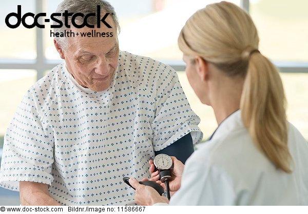 50 bis 60 Jahre,50-60 Jahre,70 bis 80 Jahre,70-80 Jahre,Arzt,Blutdruckmesser