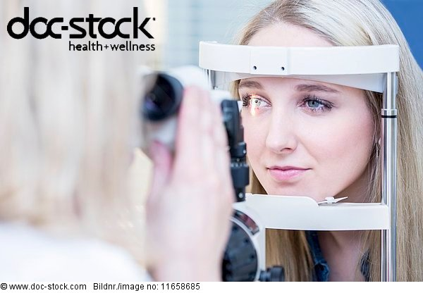 Arbeitswelt,Arzt,Augenarzt,Augenheilkunde,Behandlung,beleuchtet