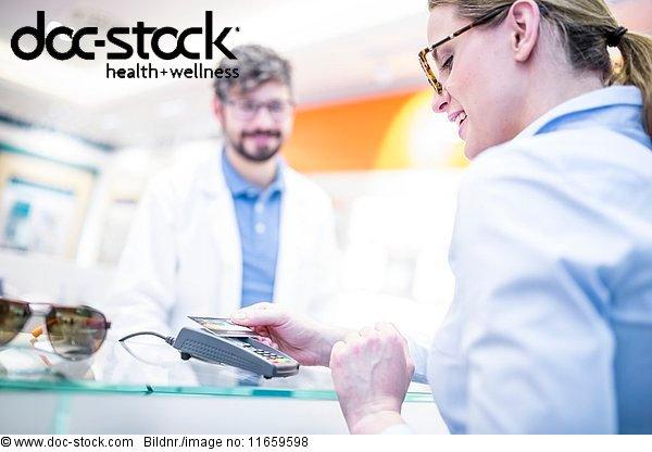 Arbeitswelt,Arzt,Augenarzt,Beruf,berühren,Blick nach unten