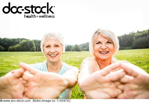 50 bis 60 Jahre,50-60 Jahre,70 bis 80 Jahre,70-80 Jahre,Aktiver Senior,Arme ausbreiten